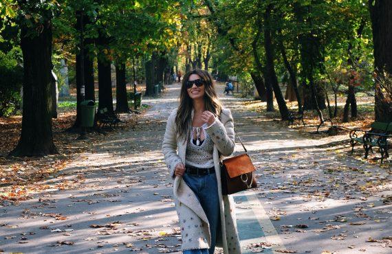Sfârșit de Octombrie… Trei ținute cool pentru zilele însorite de…